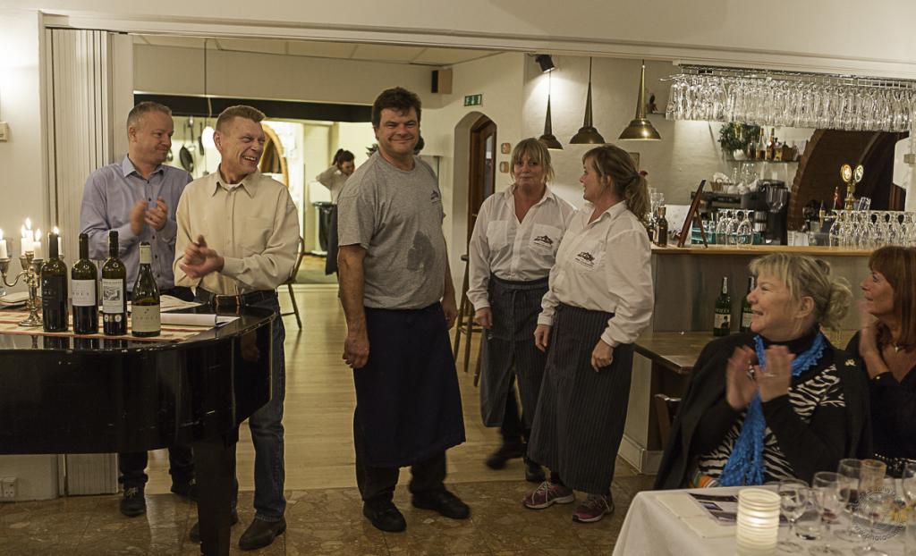 Stor hyldest til Jasper Alring, Tina , Mette og det søde serveringspersonale og en stor tak til de to dygtige vinkonsulenter Per og René fra Amka Vin i Randers. Foto: John Olsen/photodan.dk